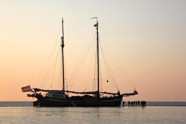 Droogvallen op zandbank Wad@Gouden vloot zeilreizen